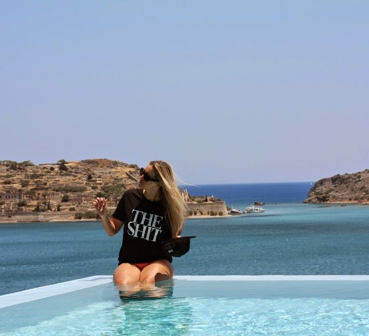 Pazi auf dem Inifinity Pool des Hotels Blue Palace in Kreta