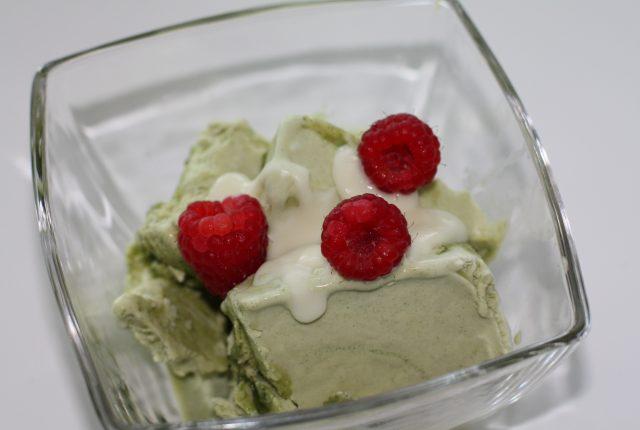 Selbstgemachte Matcha-Eis mit Kokosmus und Himbeeren