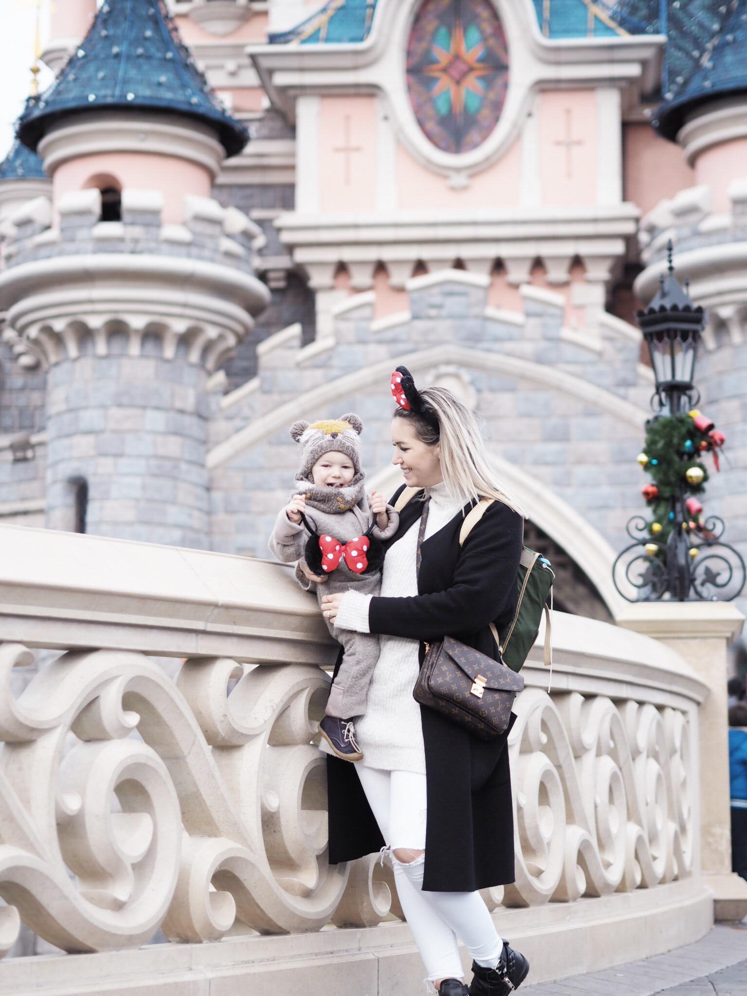 Patrizia von Maison Pazi mit ihrem Sohn Emilian im Disneyland Paris