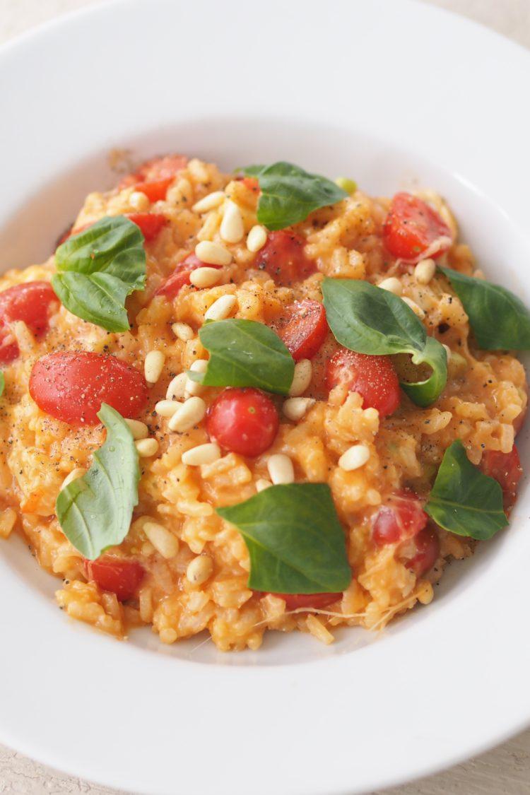 Tomaten-Mozzarella-Risotto mit Pinienkernen und Basilikum auf Maison Pazi