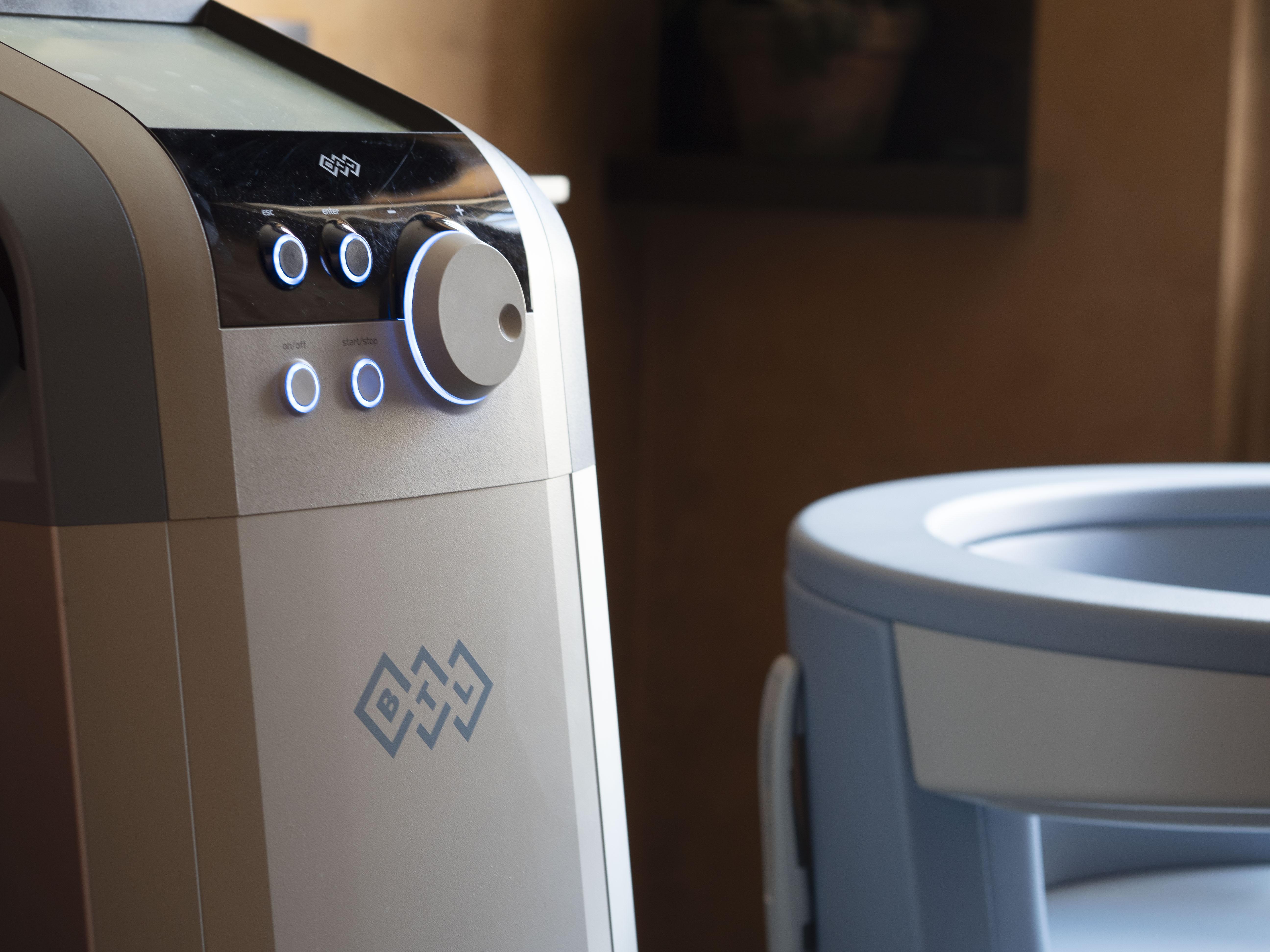 Patrizia Philp von Maison Pazi testet den BTL EMSELLA Stuhl im Haut- und Laserzentrum an der Oper, Beckenbodentraining, Inkontinenz, was tun gegen Blasenschwäche